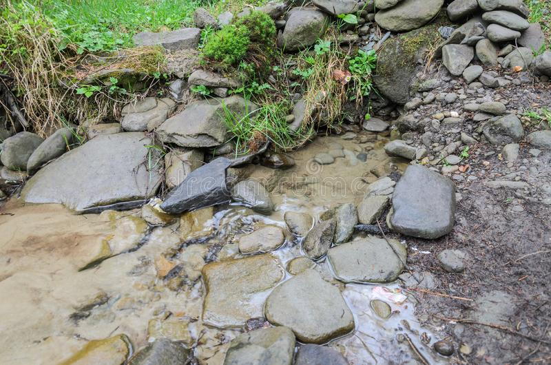 Die Quelle des trinkenden Trinkwassers in den Bergen lizenzfreies stockbild