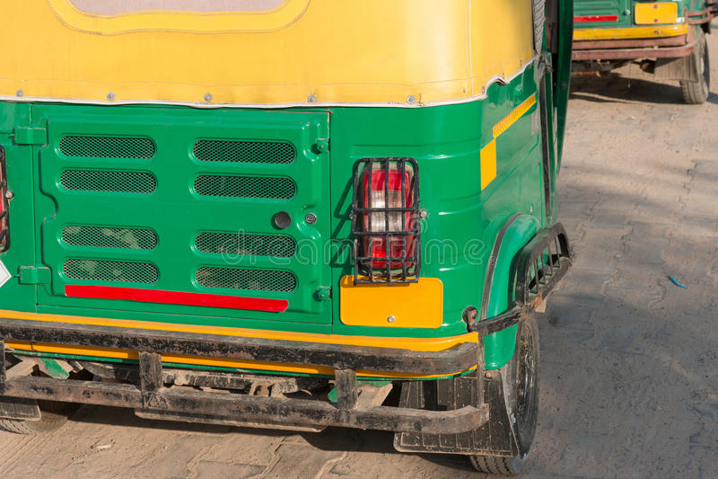 Die Rückseite der traditionellen motorisierten Rikscha oder des tuk tuk Taxis auf der Straße lizenzfreies stockfoto