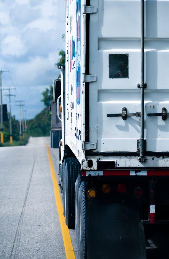 Die Rückseite eines Transport-LKW mit 18 Geschäftemachern lizenzfreies stockfoto