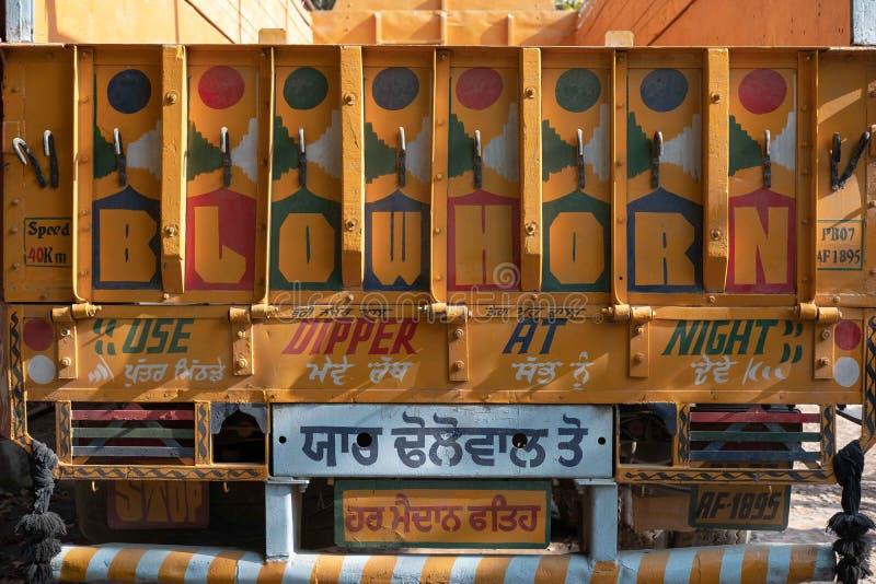 Die Rückseite eines Warenfördermaschinen-LKWs an der Yash-Papierfabrik stockfoto