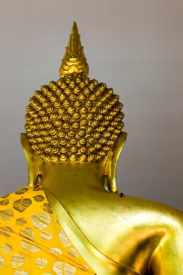 Die Rückseite von Buddha-Statue gesetzt auf den Altar lizenzfreie stockfotos