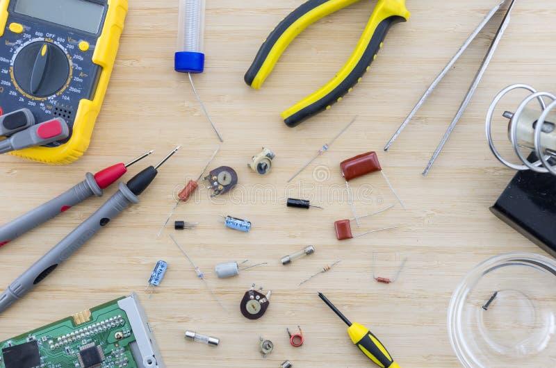 Die Radioteile und -werkzeuge auf dem Holztisch lizenzfreies stockfoto