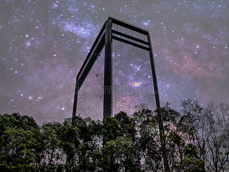 Die Reflexion der Milchstraße auf dem Glas des Gebäudes stockbild