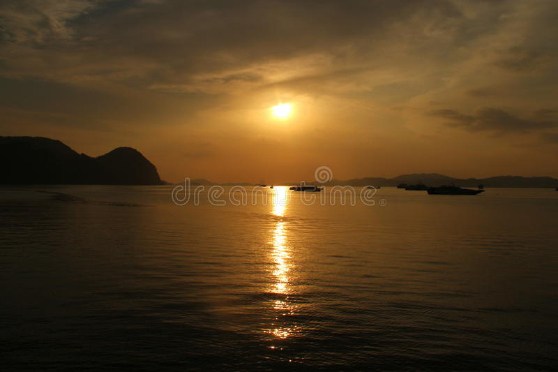 Die Reflexion des Sonnenuntergangs auf Wasser lizenzfreie stockfotos