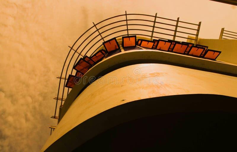 Die Reflexion des Sonnenuntergangs im Glas des Gebäudes während der goldenen Stunde in Davao-Stadt lizenzfreie stockfotos