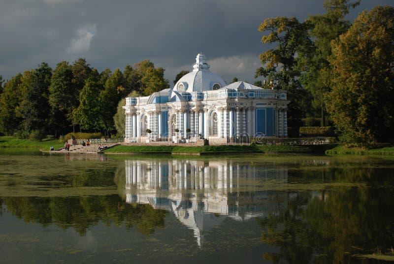 Die Reflexion im Wasser, St Petersburg, Tsarskoye Selo, Himmel, romantisch, Wasser, Architektur, Wolken, Landschaft, Russland lizenzfreies stockbild