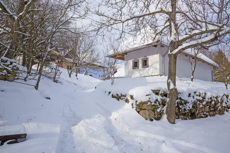 Die Regelung von alten Rebkellerhäusern von mittlerer Slowakei Stara Hora im Winter stockbild