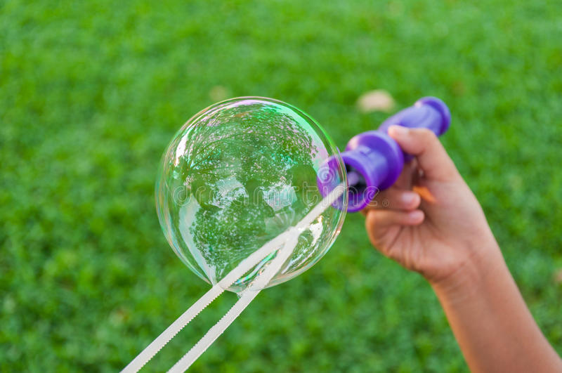 Die Regenbogenblasen vom Blasengebläse lizenzfreies stockfoto