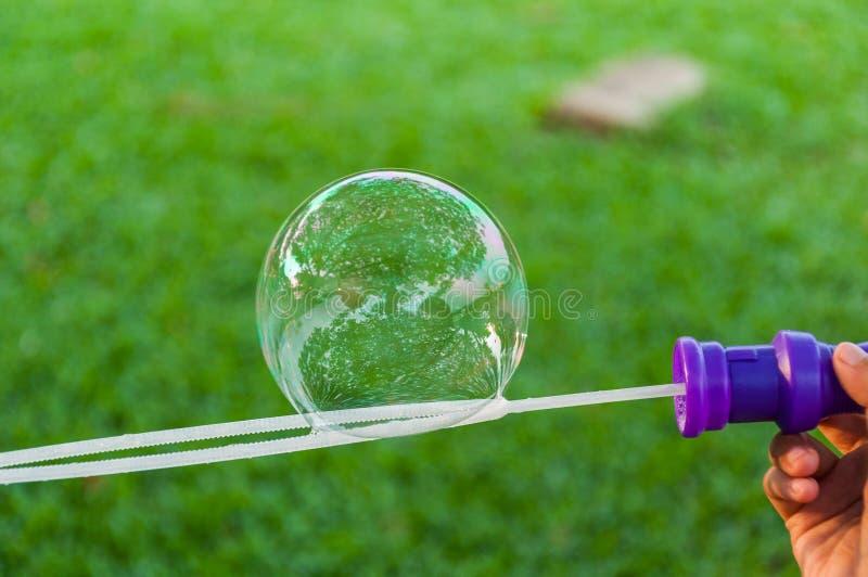 Die Regenbogenblasen vom Blasengebläse lizenzfreie stockfotos