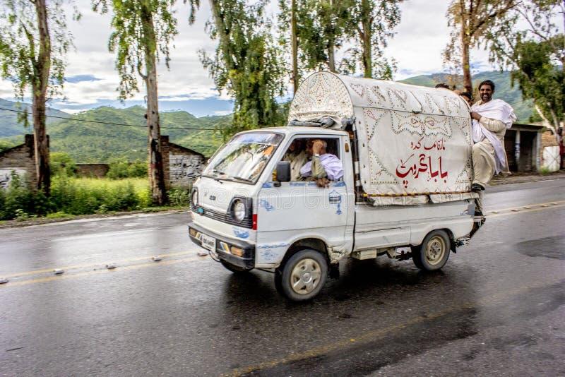Die regnerische Straße in das Nord-Pakistan lizenzfreie stockbilder