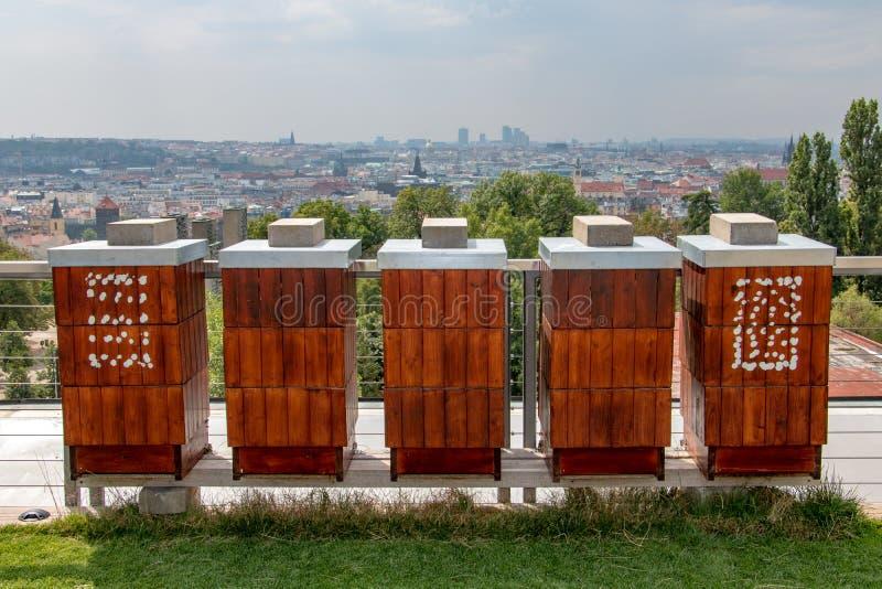 Die Reihe des Bienenhauses auf dem Dach eines Hochhaushauses stockfotos