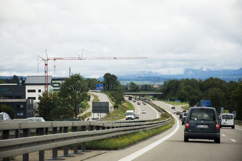 Die Reisendleute, die Straße des Autos auf der Autobahn fahren, gehen zu Tirol-Stadt lizenzfreie stockfotos