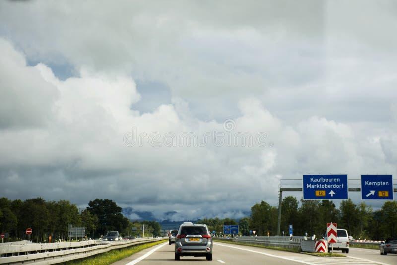 Die Reisendleute, die Straße des Autos auf der Autobahn fahren, gehen zu Tirol-Stadt lizenzfreie stockbilder