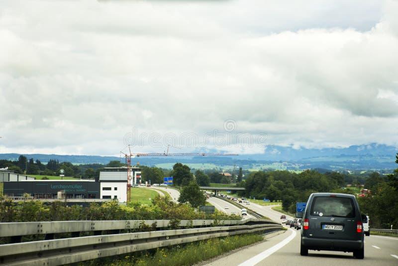 Die Reisendleute, die Straße des Autos auf der Autobahn fahren, gehen zu Tirol-Stadt stockfotos
