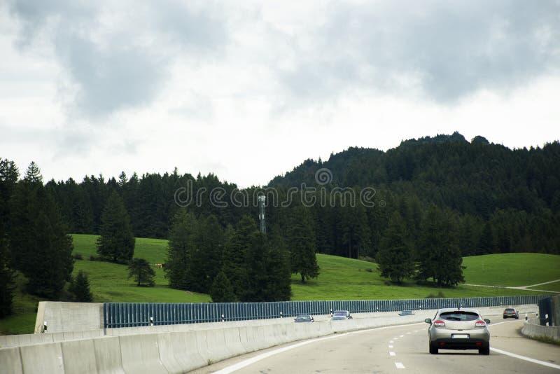 Die Reisendleute, die Straße des Autos auf der Autobahn fahren, gehen zu Tirol-Stadt lizenzfreies stockfoto