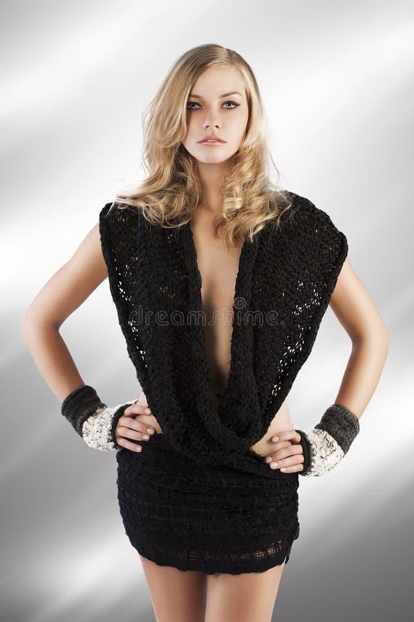 Die reizvolle Frau im schwarzen Schal, hat sie Hände stockfoto