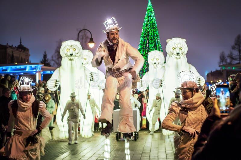 Die Remue-Haushalt-Unterhaltungsshow in Kasan, Tatarstan/Russland Französische Truppe arbeitet in den Zirkus-, Tanz- und Musikart lizenzfreies stockfoto