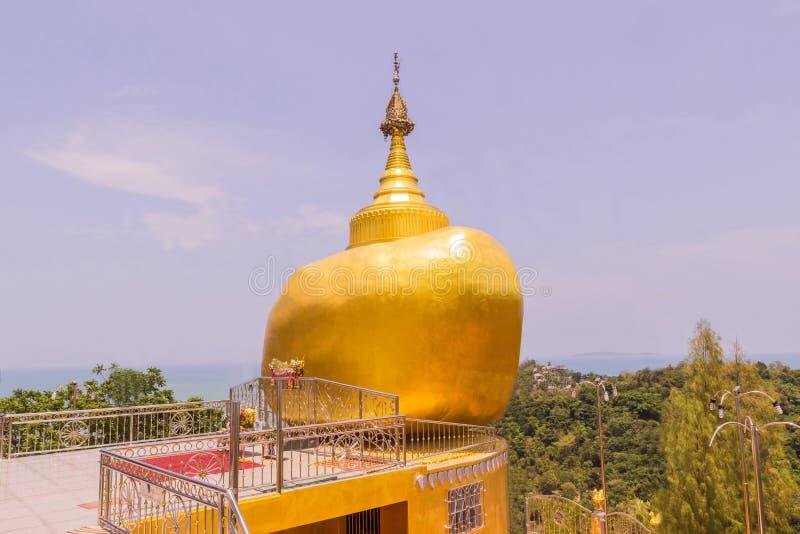 Die Replik von Phra die in--Kwaen u. x28; Hängendes goldenes Rock& x29; am KOH u. an x28; lizenzfreie stockbilder