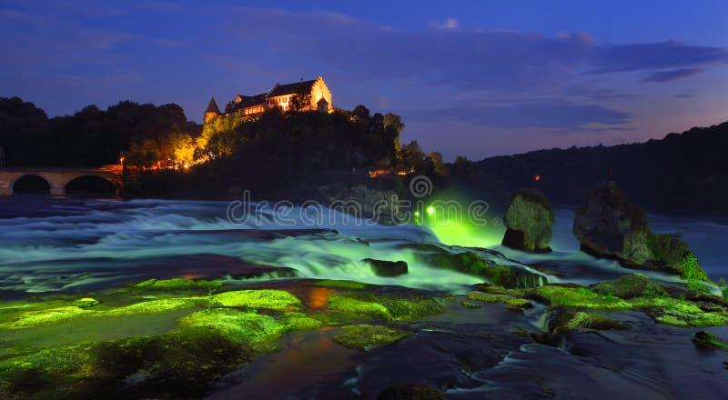 Die Rheinfall an der blauen Stunde stockbild