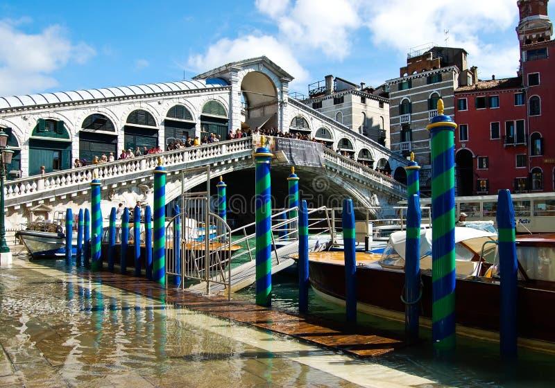 Die Rialto-Brücke mit blauem Himmel, Venedig, Italien lizenzfreie stockfotografie