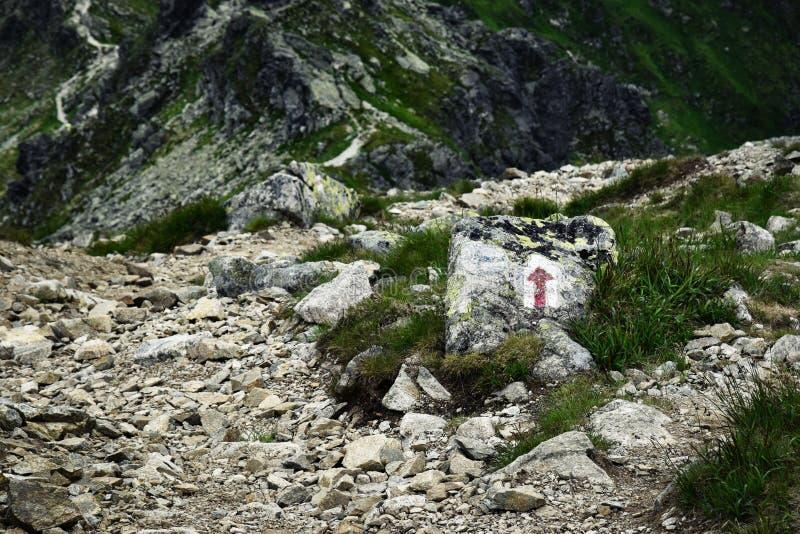 Die Richtung des Weges in den Bergen auf der Steinpflasterung lizenzfreies stockfoto