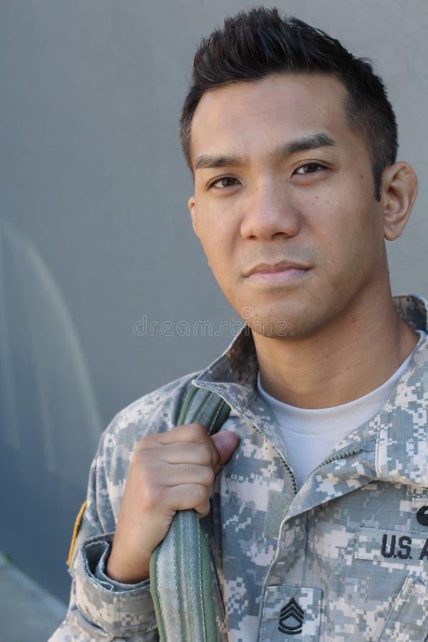 Die Risse der Männer Marineu S Armee in der Sorge Die Sehnsucht des Soldaten Liebe des Landes Traurigkeit für die Opfer lizenzfreies stockbild