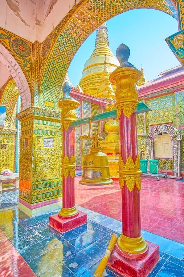 Die Ritualglocke in Pagode SUs Taung Pyae, Mandalay, Myanmar stockbilder
