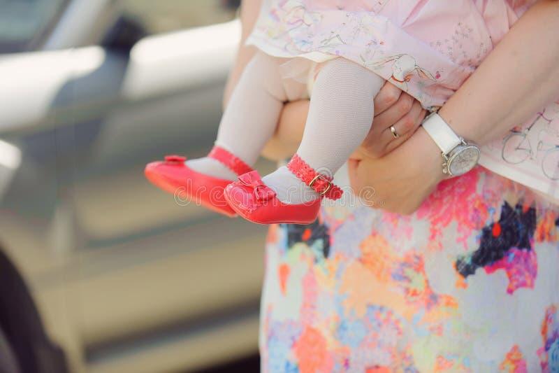 Die rosa Schuhe der Tochter lizenzfreies stockfoto