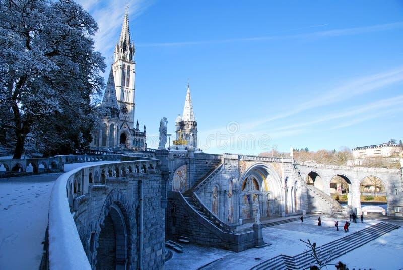 Die Rosenbeet-Basilika von Lourdes stockbilder