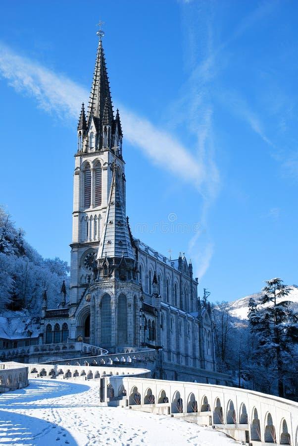 Die Rosenbeet-Basilika von Lourdes während des Winters stockfoto