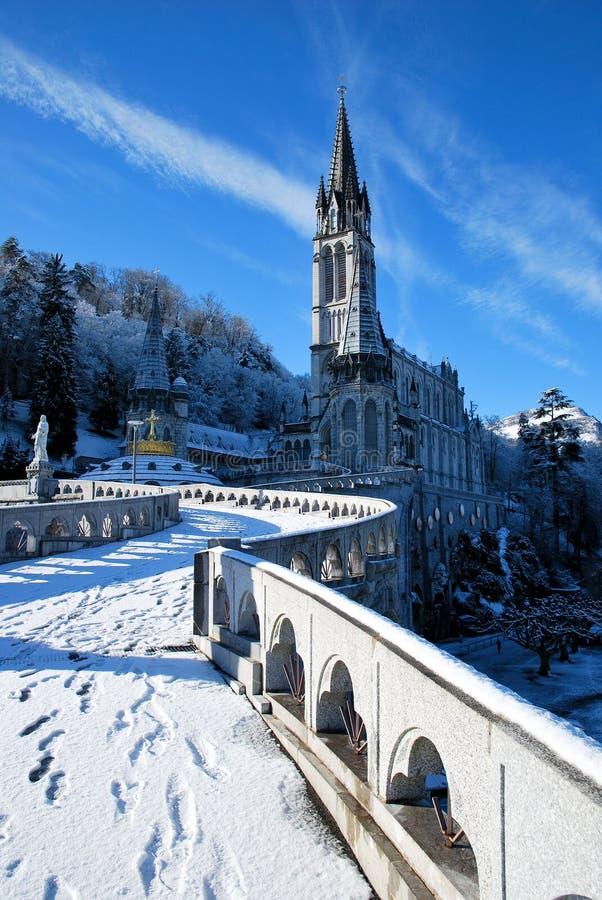 Die Rosenbeet-Basilika von Lourdes während des Winters stockfotografie