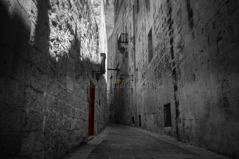 Die rote Tür und die Laterne in einer Straße in Mdina, Malta stockfotos