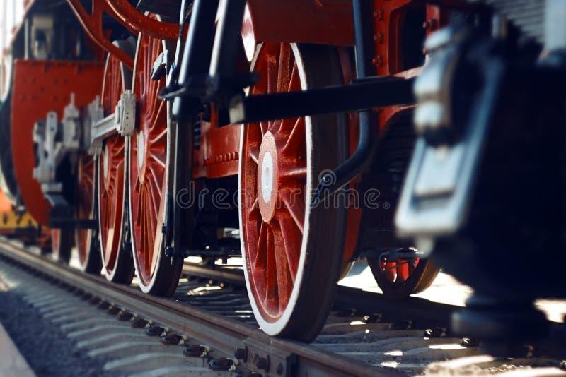 Die roten Räder einer alten Weinlesedampflokomotive stockbilder