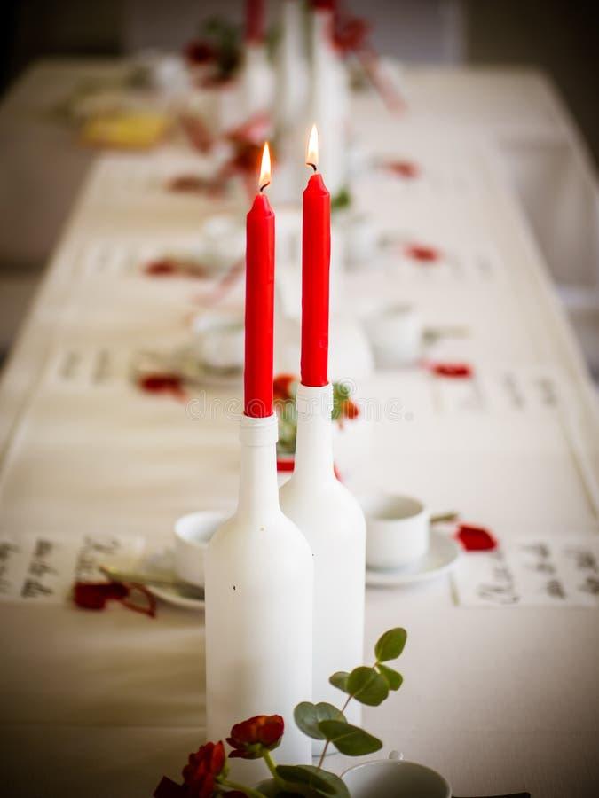 Die roten Rosen auf dem Tisch stockfoto