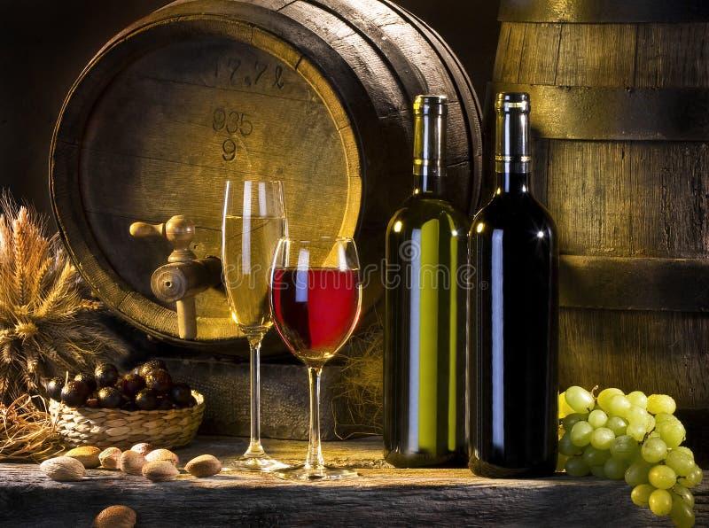 Die ruhige Lebensdauer mit Rotwein und Fässern lizenzfreie stockbilder