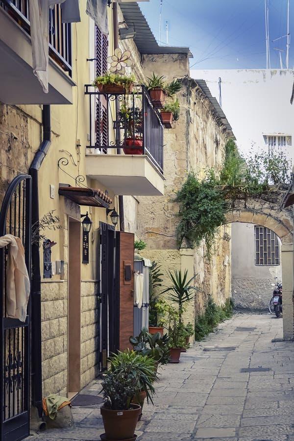 Die ruhige und romantische Gasse in Bari lizenzfreie stockfotos