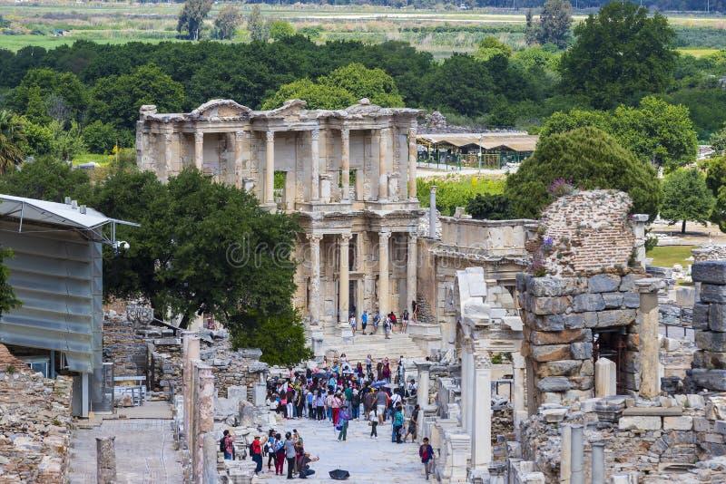 Die Ruinen der alten antiken Stadt von Ephesus das Bibliotheksgebäude von Celsus, die Amphitheatertempel und Spalten Kandidat f lizenzfreie stockfotografie