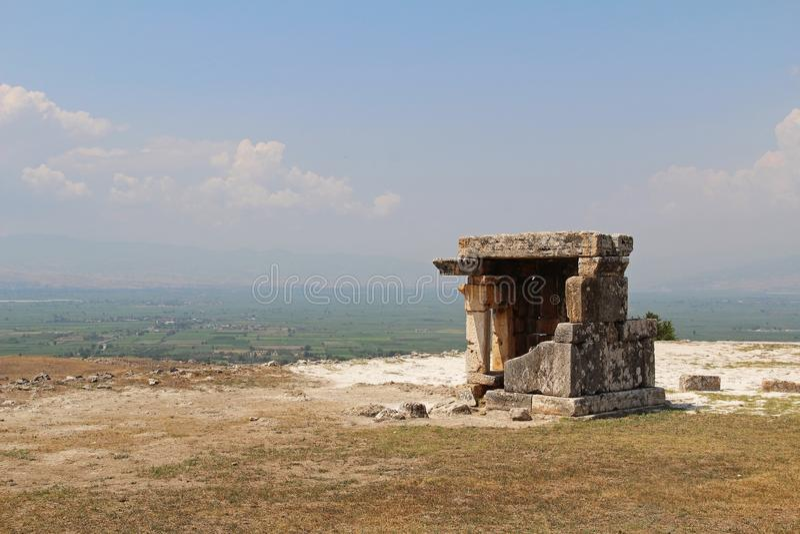 Die Ruinen der alten Hierapolis-Stadt nahe bei den Travertinpools von Pamukkale, die Türkei lizenzfreie stockfotografie