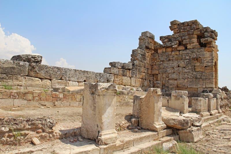 Die Ruinen der alten Hierapolis-Stadt nahe bei den Travertinpools von Pamukkale, die Türkei stockbilder