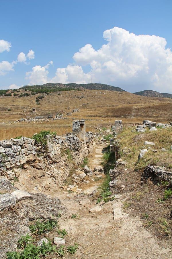 Die Ruinen der alten Hierapolis-Stadt nahe bei den Travertinpools von Pamukkale, die Türkei stockfotos