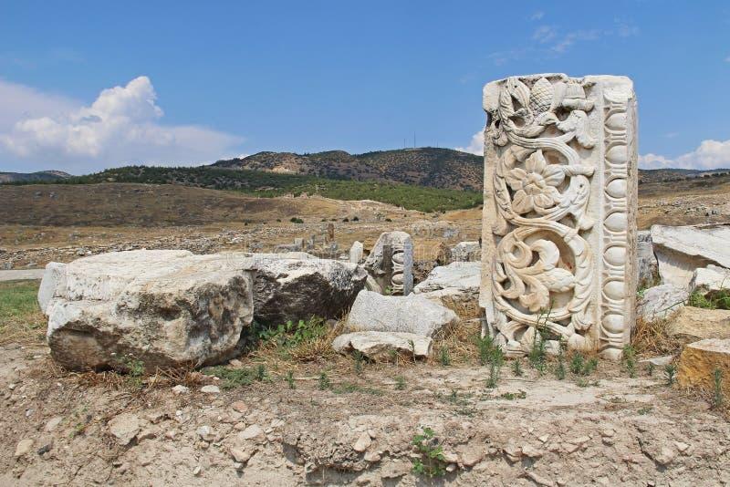 Die Ruinen der alten Hierapolis-Stadt nahe bei den Travertinpools von Pamukkale, die Türkei lizenzfreies stockbild