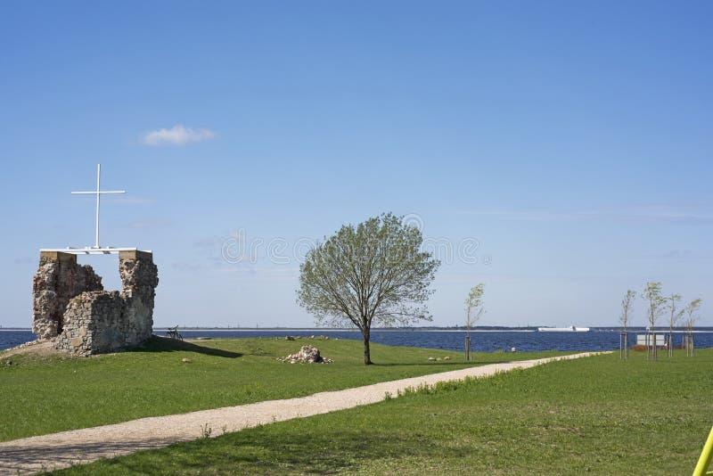 Die Ruinen der alten Kirche auf der Flussbank lizenzfreie stockfotografie