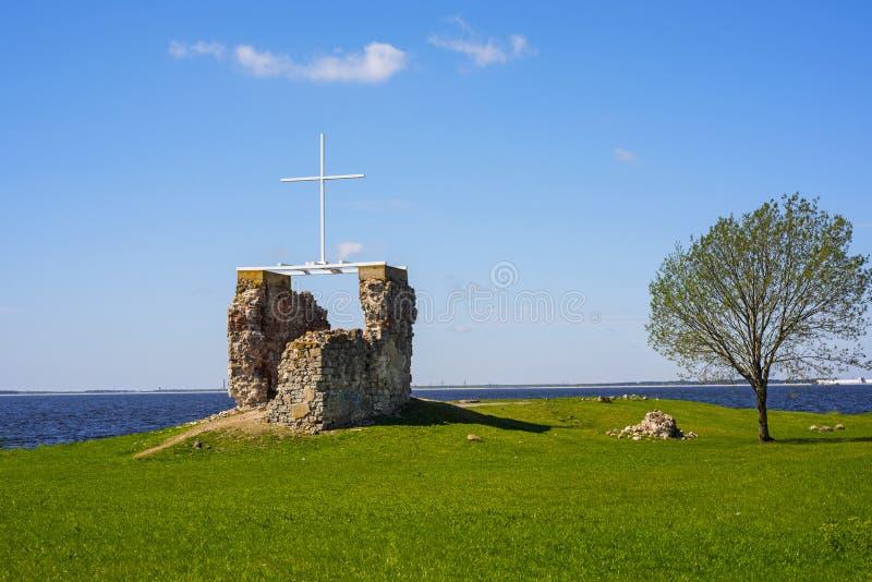 Die Ruinen der alten Kirche auf der Flussbank lizenzfreies stockfoto