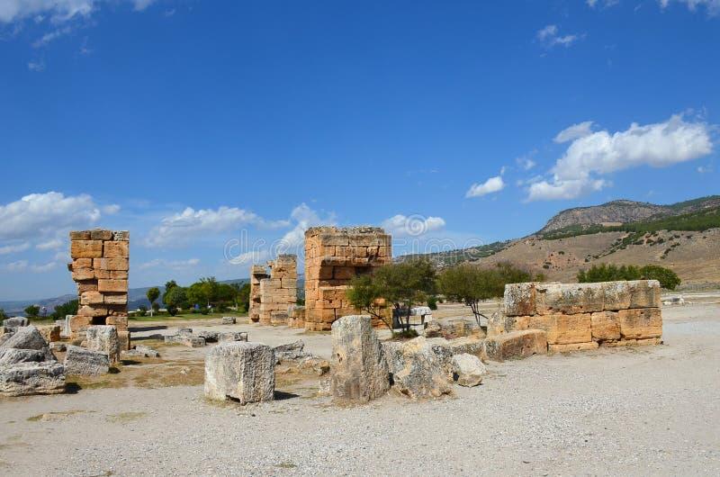 Die Ruinen der alten Stadt von Hierapolis nahe Pamukkale, die T?rkei stockfotografie