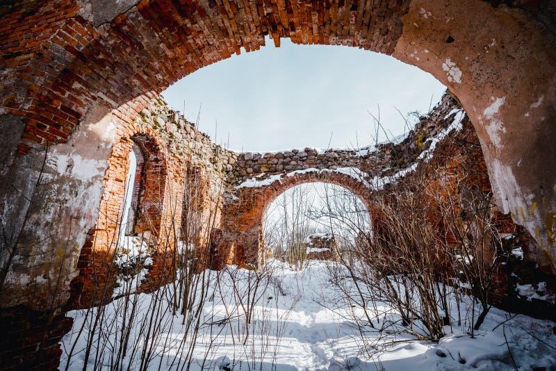 Die Ruinen der alten verlassenen Kirche in Litauen Rudamina Lord von Umwandlung Kirche stockfotos