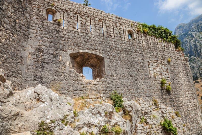 Die Ruinen der Festung Johannes mit dem Kotor bellen auf dem Hintergrund, Montenegro stockbild
