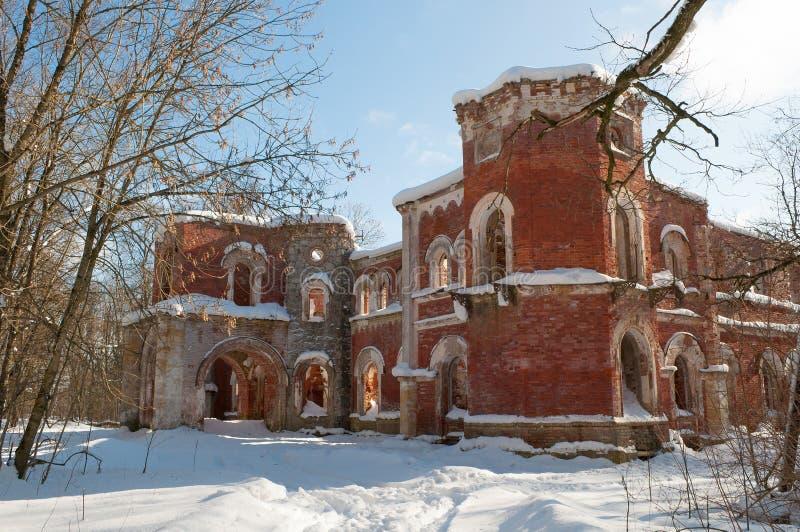 Die Ruinen des Hauptgebäudes des alten Landsitzes der Barone Wrangel Torosovo, Leningrad-Region Russland lizenzfreies stockfoto