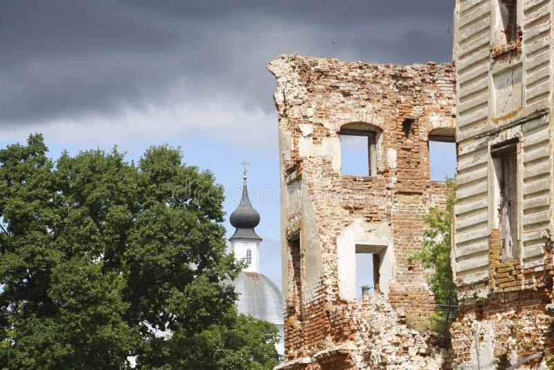 Die Ruinen des russischen Landsitzes Wiederherstellung von Altbauten lizenzfreies stockbild