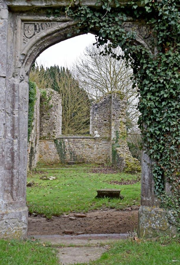 Die Ruinen einer alten Kirche in Kent England, der im zweiten Weltkrieg durch eine Wünschelrutebombe zerstört wurde stockfotografie