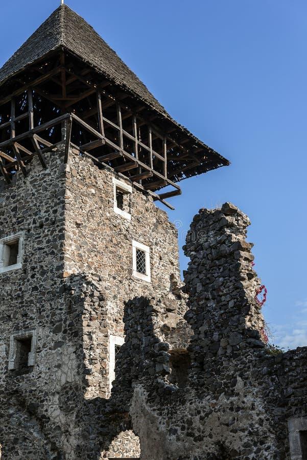 Die Ruinen eines alten mittelalterlichen Steinschlosses lizenzfreie stockfotografie